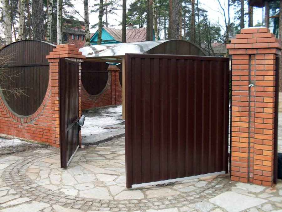 Откатные и распашные ворота: особенности и преимущества